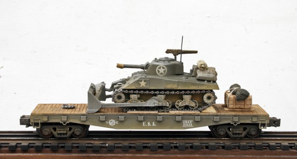 "US Army M4A3(105) Sherman Tank with Dozer Attachment on 42′ Flat Car USAX 23435(AV3B-FC3.2USA)_Operates on 3-Rail ""O""Gauge track"