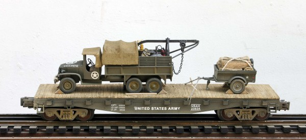US Army GMC Cargo Truck w/Rescue Hoist & Tow Trailer on 42′ Flat Car, USAX 23534(V8C-FC3.2USA)