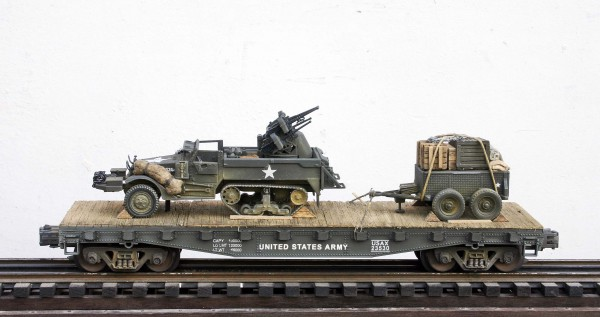 US Army M16 Halftrack w/Quad 50's & 1 Ton Tow on 42′ Flat Car USAX 23530(AV9G.1-FC3.2USA)