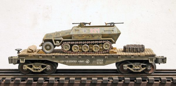"US Army Captured WWII German Sd.Kfz251 Half Track No.221 on a 35′ Flat Car(CAPAV4.4-FC1.2USA/GER)_Operates on 3-Rail ""O""Gauge track"